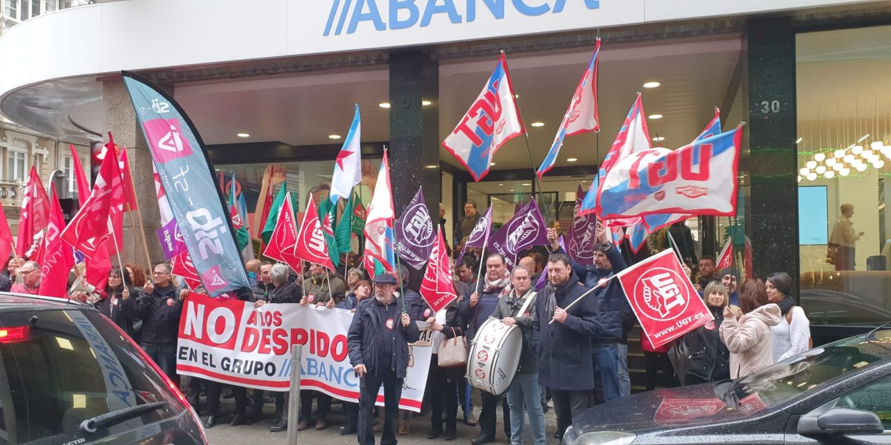 Concentración de trabajadores y trabajadoras a las puertas de Abanca