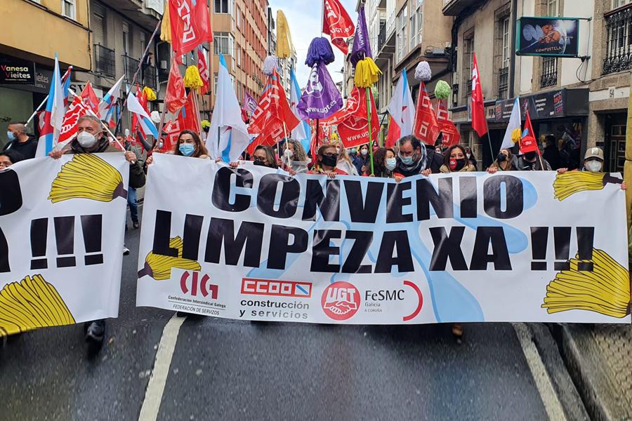 Sector limpieza en huelga, multitudinaria manifestación en Santiago
